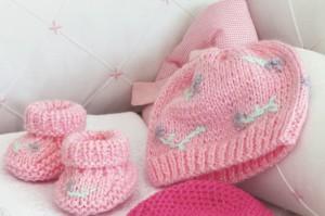 sapatinho rosa trico 300x199 Sapatinho Rosa de Bebê Feito de Tricô   Passo a Passo