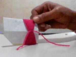 boneca la passo 2 300x225 Como Fazer Boneca de Lã   Material e Passo a Passo