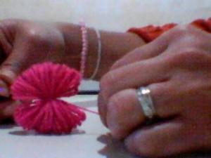 boneca la passo 4 300x225 Como Fazer Boneca de Lã   Material e Passo a Passo