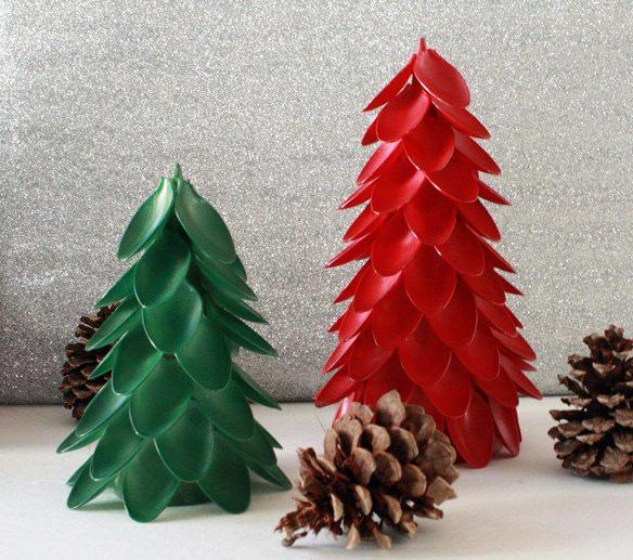decoracao arvore de natal reciclavel:Árvore de Natal Feita de Colher Descartável – uma arte para você