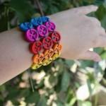 Pulseira Feita Com Botões Colorido – Material e Como Fazer