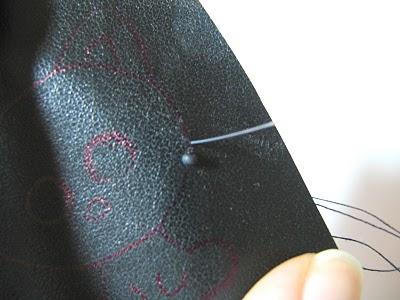 broche-gato-feito-de-miçangas-bordar passo 2