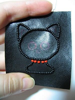 broche-gato-feito-de-miçangas-bordar passo 7