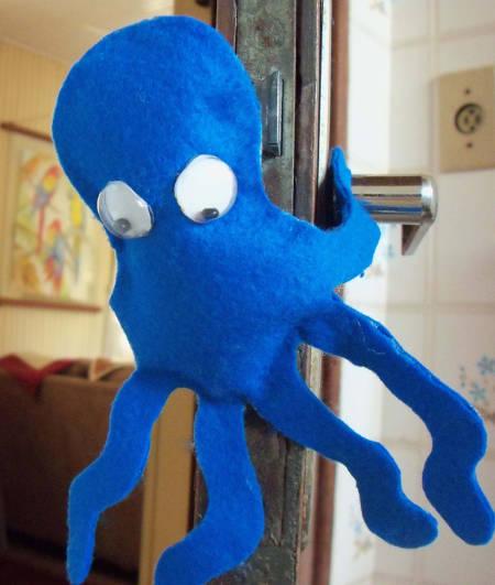 segura-porta-de-feltro-polvo-azul