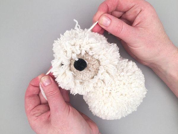 Cachorro de Pom Pom de Lã  amarrar
