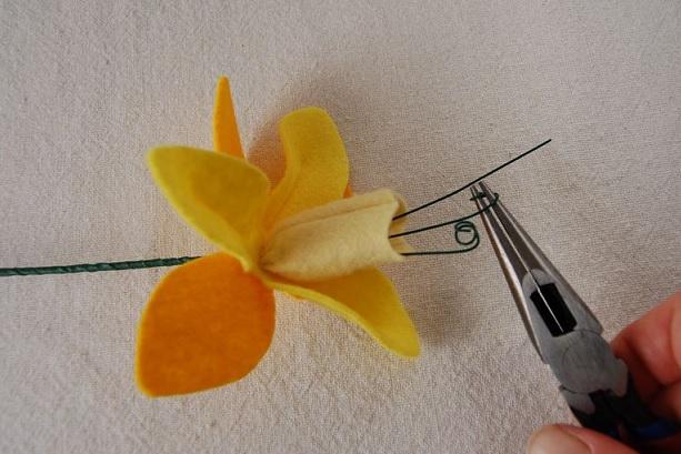 Bouquet Narcisos em feltro - Passo ponta